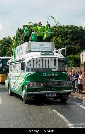 El 5 de julio de 2012, Claudia Copyright 2012 Gannon, día 48, el Relevo de la antorcha olímpica se dirige a la ciudad costera de Suffolk Aldeburgh. Lloyds TSB promo llega el bus en Aldeburgh.