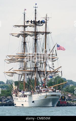 La ciudad de New London, Connecticut, EE.UU. - Julio 7, 2012: El US Coast Guard Tall Ship Eagle aterriza en Fort Foto de stock