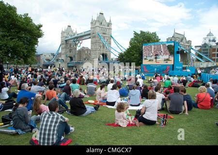 6 de agosto de 2012. Londres, Reino Unido. Una gran multitud de espectadores ver eventos Olímpicos ecuestres en una pantalla grande en campos de alfareros neat Tower Bridge