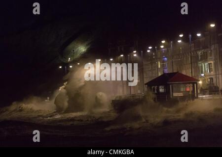 Aberystwyth, Gales, Reino Unido, 2 de noviembre de 2013. Como noche dibuja, vendavales y extremadamente rudo mar libra el Cardigan Bay ciudad costera de Aberystwyth en la costa de Gales. Las olas golpean la Promenade en marea alta. Crédito: atgof.co/Alamy Live News
