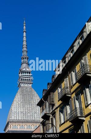 Vista hacia la parte superior de la Mole Antonelliana desde las calles de Turín en un día soleado, Italia