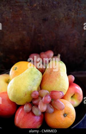 Las peras frescas, naranjas, manzanas y uvas