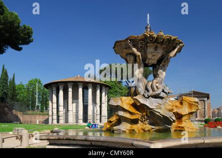 Fuente en el Boarium del Foro con el antiguo templo en la Plaza Bocca della Verita Roma Italia