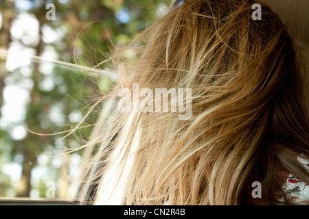 La mujer rubia pelo soplando en el viento