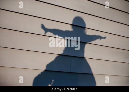 La sombra del niño en casa Foto de stock