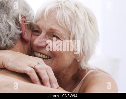 Senior pareja abrazada, cerrar