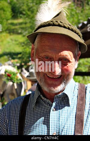 Gozosa montaña tirolés agricultor en el arreo de ganado en Pitztal Jerzens, Tirol, Austria