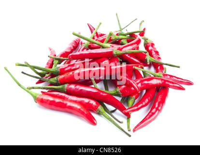 Pimientos chili rojo aislado sobre fondo blanco.