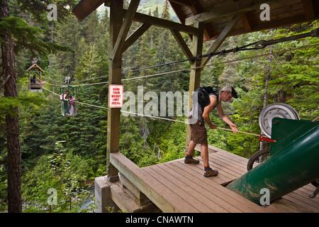 Excursionistas preparándose para tomar el tranvía de mano más ganador Creek cerca Southcentral Girdwood, Alaska, Verano