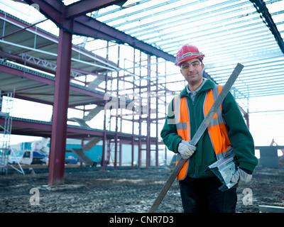 Trabajador de la construcción la celebración de polo Foto de stock