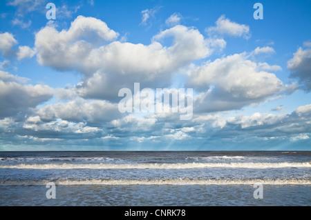 Las nubes cúmulos y rayos anticrepuscular en Scarborough's North Bay, North Yorkshire.