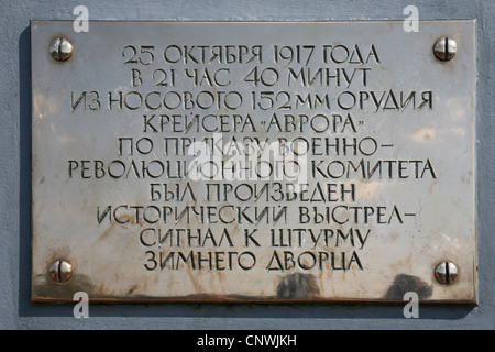 Placa conmemorativa en el crucero protegido Aurora, el símbolo de la revolución bolchevique, en San Petersburgo, Foto de stock