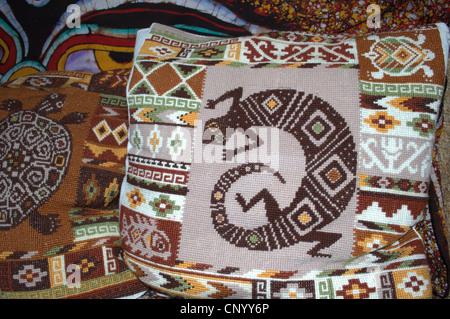 Las almohadas bordadas - un lagarto Foto de stock