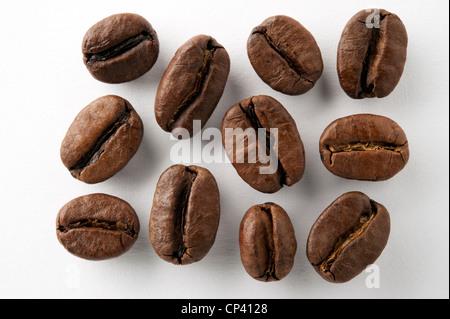 Los granos de café sobre fondo blanco.