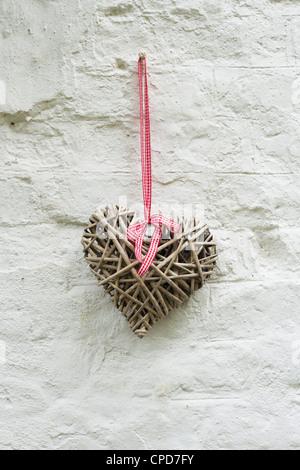 Corazón de madera artesanales en una cabaña en la pared. UK