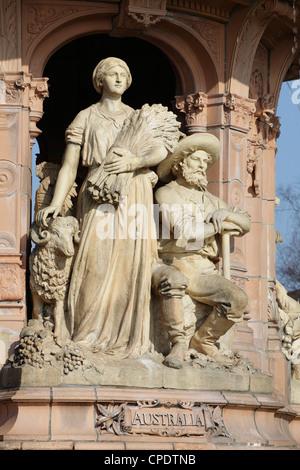 Detalle de la Fuente de terracota Doulton en el parque público Glasgow Green mostrando figuras representativas de Australia, Glasgow, Escocia, Reino Unido Foto de stock