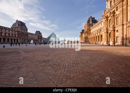 La pirámide en el Museo del Louvre, París, Francia, Europa