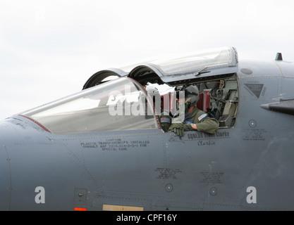 Cerca de los pilotos en la cabina de la Real Fuerza Aérea Australiana aviones militares F-111