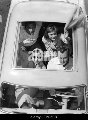 Ocio, excursiones, jóvenes que agitan desde la capota abierta de Taunus 12M, 1950, 50s, siglo 20, histórico, techo plegable, capota convertible, capota convertible, capota convertible, coche, coches, automóviles, automóviles, automóviles, transporte, transporte, gafas de sol, bufanda, pañuelos, verano, adolescente, adolescente, adolescentes, adolescentes, completamente ocupados, goyouting, goyetride, viaje, viaje, viaje, viaje feliz, viaje, viaje, viaje, diversión Conductor, conductores, pasajero de coche, copiloto, pasajero de asiento delantero, co-conductores, pasajeros de asiento delantero, mujer, mujer, mujer, hombre, hombre, hombre, hombre, gente, Derechos adicionales-Clearences-no disponible