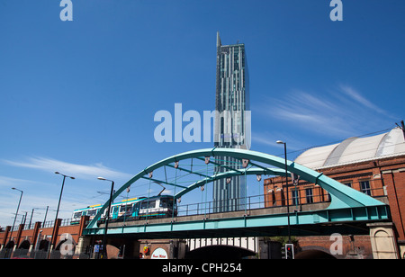Un tranvía Metrolink pasando Manchester Central fue G-Mex con Ian Simpson diseñado Beetham Tower Hotel Hilton en vista