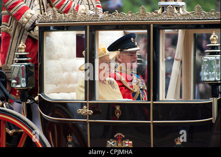 Su Majestad la Reina Isabel II y el Duque de Edimburgo Prince Phillip en la boda de su nieto, el príncipe Guillermo.