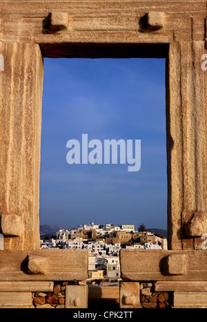 La Portara (Templo de Apolo) y la Chora ('capital') de la isla de Naxos en el fondo. Cyclades, Grecia