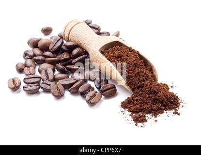 Los granos de café y café molido aislado sobre fondo blanco.