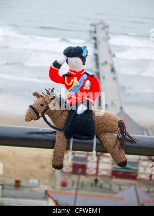Bombardeo de hilados decorar lugares públicos con objetos tejidos la reina sobre un caballo en Saltburn por el mar