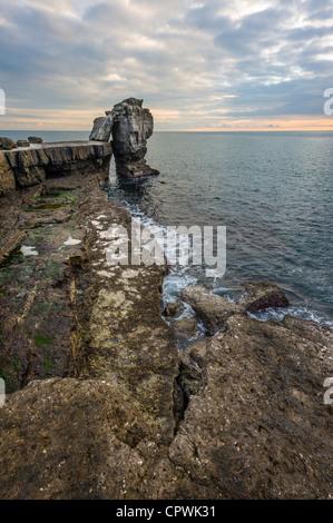 Al atardecer la roca púlpito Portland Portland Bill Dorset UK