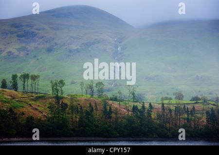 Arroyo de Montaña y Thirlmere Lake embalse en el Lake District National Park, Cumbria, Reino Unido