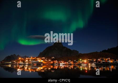 El condado de Nordland, Noruega, Islas Lofoten, Moskenes Isla, aurora borealis más Reine poblado de pescadores