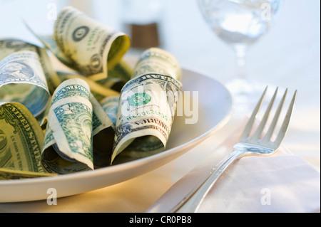 El papel moneda en el plato de comida, Foto de estudio Foto de stock