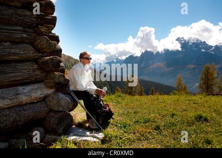 Mujer senderismo en Drei Zinnen, Tre cime di Lavaredo área en Alpes Dolomitas, Southtirol, Italia, Europa