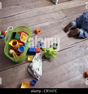 Bebés juguetes sobre un piso de madera