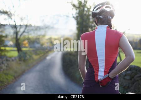 Los ciclistas ciclismo en carretera rural