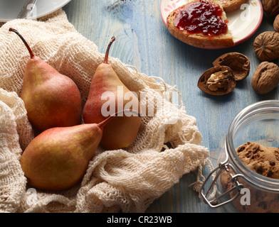 Las peras, nueces, galletas y pan con mermelada