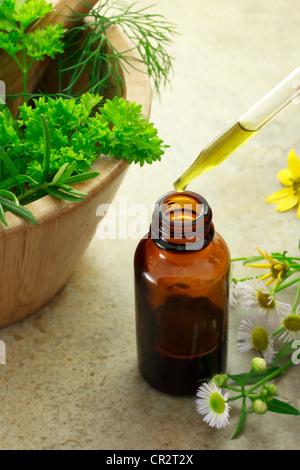 Frasco con gotero de medicina de hierbas y flores silvestres