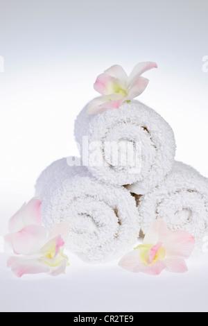 Spa toallas enrolladas blanco con flores orquídeas