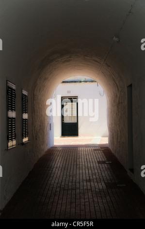 Pasillo oscuro a una puerta de casa es Mercadal menorca españa