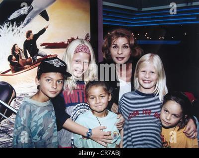 Berger, Senta, * 13.5.1941, actriz austriaca, fotografía de grupo con niños, como embajadora de UNICEF, en la presentación preliminar de la película 'Free Willy II' en Munich, agosto de 1995,