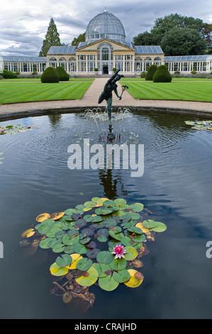Hermes, el mensajero de los dioses, escultura, estanque, invernadero, sirvió como modelo para el Crystal Palace Foto de stock