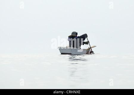 Conseguir una junta selladora Inuit cazar en su bote a remo, Groenlandia Ostgroenland Tunu Kalaallit Nunaat,,,,, Kangertittivag Scoresbysund Kap Tobin, Ittoqqortoormiit