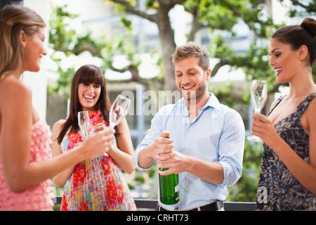 Amigos beber champán juntos