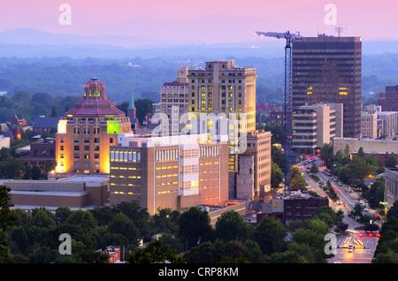 En Asheville, Carolina del Norte skyline anidado en las montañas Blue Ridge.