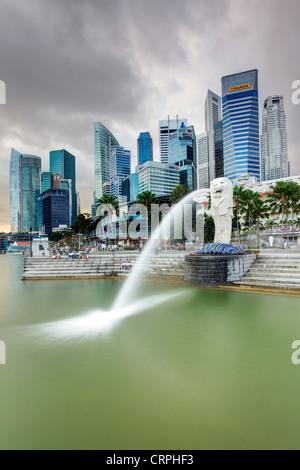 La estatua Merlion con el perfil de la ciudad de fondo, Marina Bay, Singapur, Sudeste de Asia