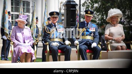 Su Majestad la Reina Isabel II, el Príncipe Felipe, el Príncipe Carlos y Camilla en la inauguración de la RAF Bomber Command memorial, Londres