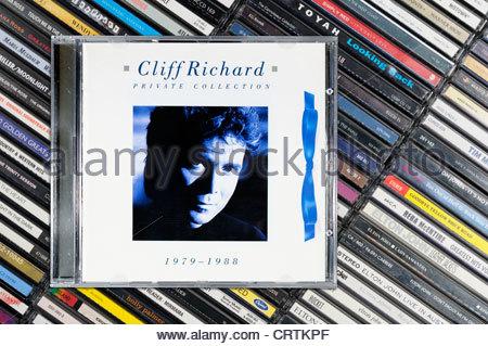 Cliff Richard álbum Colección Privada 1979-1988, amontonado en casos de CD de música, Inglaterra.