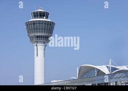 En Europa, Alemania, Baviera, y la torre de control del aeropuerto de Múnich center (MAC) en el aeropuerto de Munich