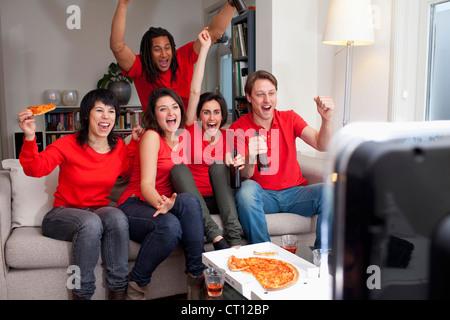 Amigos viendo deportes en la televisión