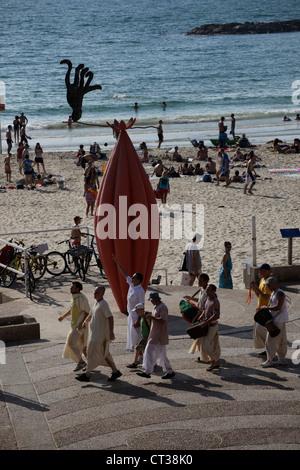 Calle de cantar el Hare Krishna por Harinamas en Tel Aviv el Seacoast promenade Israel